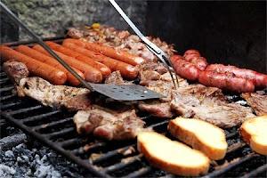 Carne y embutido pinosero a la brasa