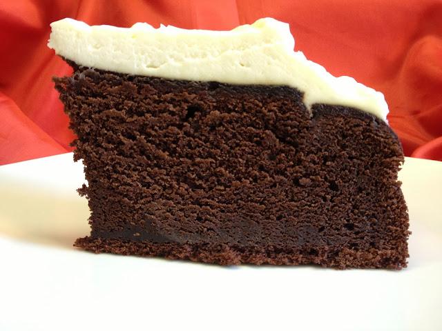 torta al cioccolato e birra rossa artigianale con copertura di crema cheese cake