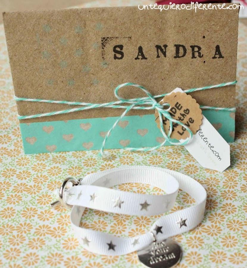 Ideas diy para regalar en una boda maleta de foami y for Cosas para regalar en una boda