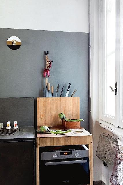 Italienisches Design in spartanischer Einrichtung in Berliner Wohnung; Küche