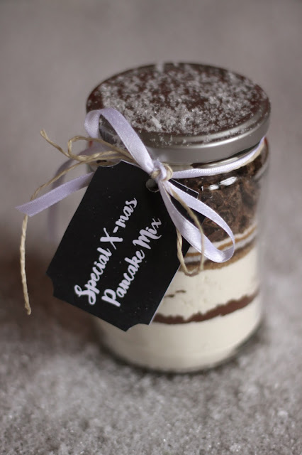 Ho ho ho! A great last minute Xmas present: a jar with a delicious pancake mix! Plus: free printable gift tags in various designs. DIY project brought to you by the German food blog Pancake Stories.