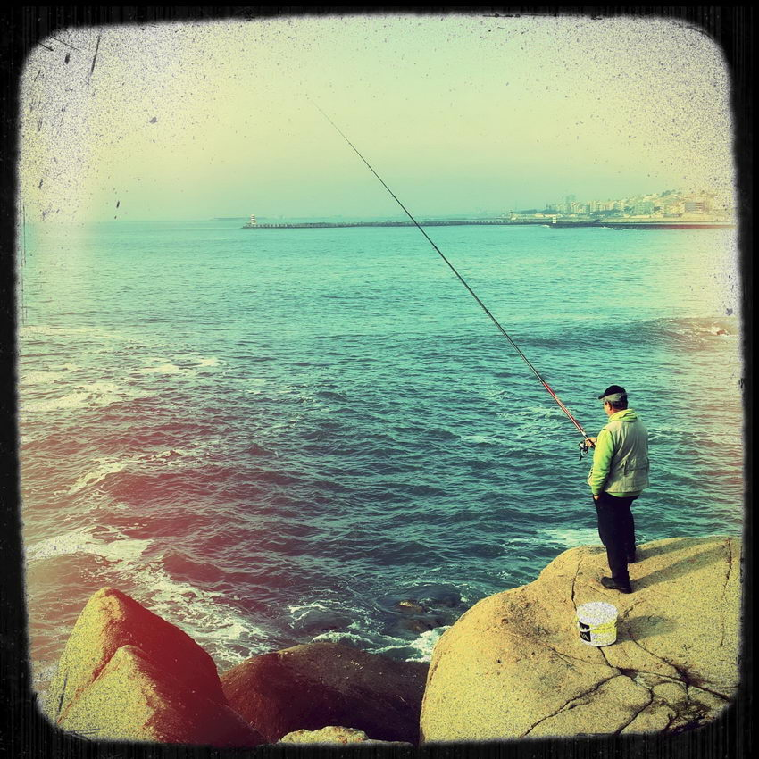 Foto de um pescador nas rochas, com o efeito de simular View-Master