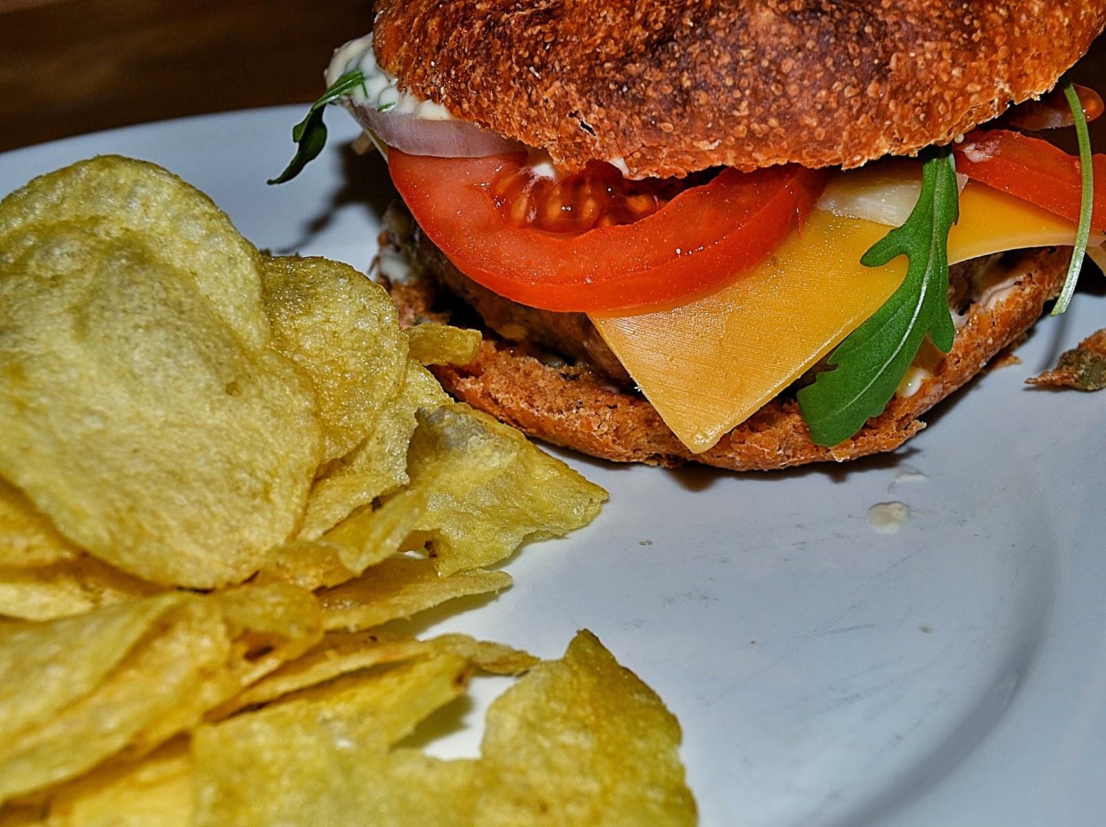 Hamburguesa casera con chips