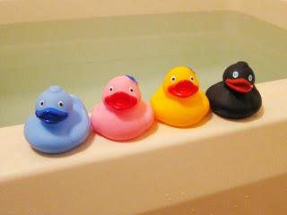 4色のアヒルの玩具の写真
