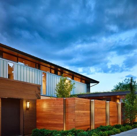 Cerco de casas en madera y panel metalizado