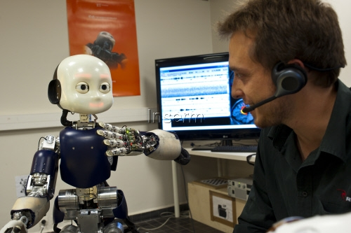 iCub robot learns language