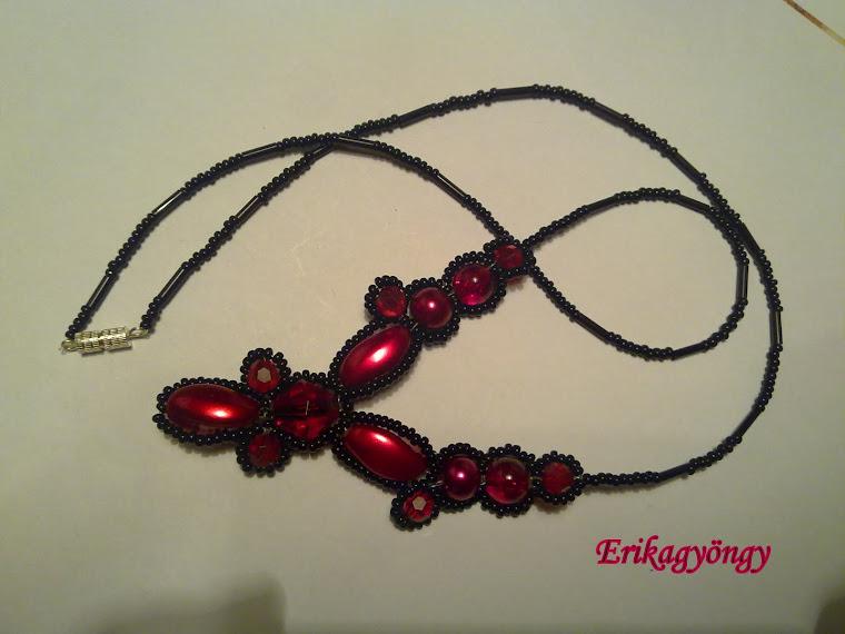 Piros fekete nyakék