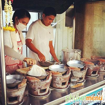 พ่อค้า แม่ค้า กำลังทำขนมอาโป๊ง