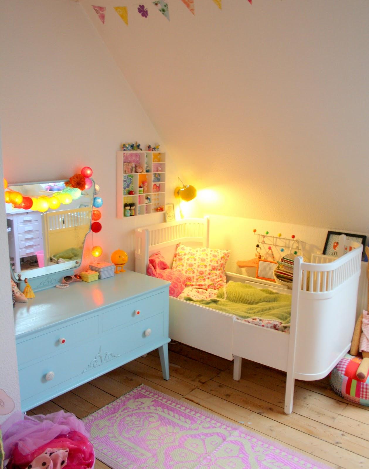 Un dormitorio con tocador lleno de color baby deco for Deco dormitorios infantiles