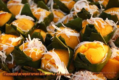 ขนมตาล  _ヤシの果肉をふりかけバナナの葉に包んで蒸したもの_Palm Flesh Dessert