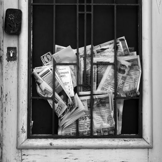 photo, porte, door, journeaux, newspaper, © dominique houcmant