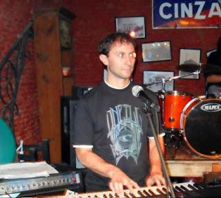 Hugo Disabato en teclados y coros Buitre y la Otra