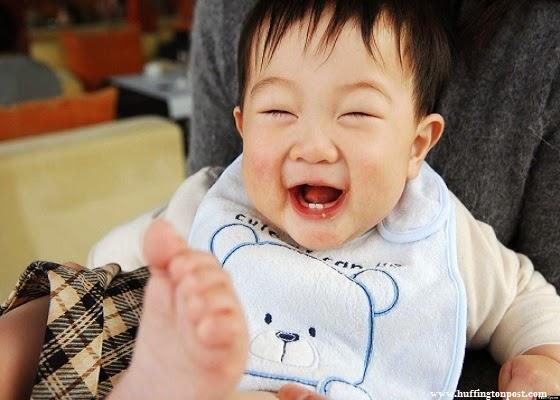 bébé japonais qui rit