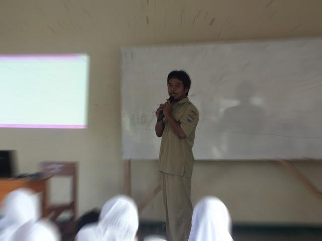 Pa Ikin Ali Sadikin,S.Pd Lagi memberikan Materi Pada MOPD 2013