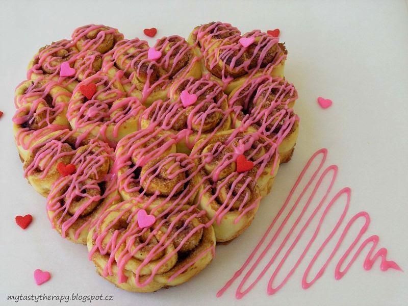 cinnamon rolls - Valentine heart