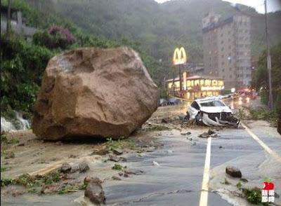 enorme piedra casi aplasta a un auto