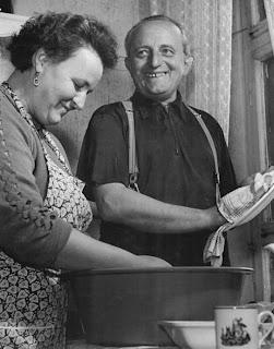 Puis pour la vaisselle. Si elle avait pu t'aider, elle l'aurait fait!