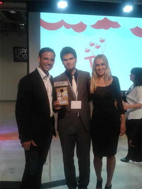 Eduardo Quintana recibiendo su premio de manos de los presentadores de la Gala