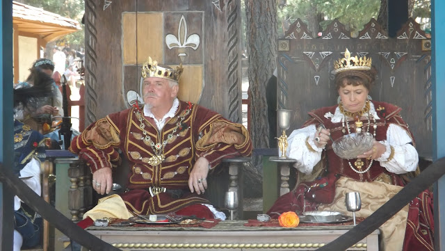 Today we visited the magical Renaissance Festival, which takes place in Colorado for 37 season. It is a magical journey into the legends of King Henry. The illusion of freedom and fun to recreate the paintings of the last actors interactive theater. Ate honestly we just forget about the time and immerse yourself in the game and fun as children. The main celebration was on, of course, the king and queen and the royal entourage. And clowns entertained people, clowns, fairies, magicians and acrobats.    Although many visitors come in carnival costumes and having fun posing for the camera.   Throughout the theatrical village shops are located craftsmen. Many of the secrets of his skill demonstrated to everyone and sell their creations.   Сегодня мы посетили волшебный  Ренессанс Фестиваль, который проходит в Колорадо уже 37 сезон.  Это волшебное путешествие во времена легенд Короля Генри.  Иллюзию свободы и веселья воссоздают картины прошлого актеры интерактивного театра.  Ели честно мы просто забыли про время и погрузились в игру и веселье как дети. Главным на празднике был, конечно, король с королевой и королевской свитой. А развлекали народ шуты, скоморохи, феи, фокусники и акробаты.   Хотя посетители многие пришли в карнавальных костюмах и с удовольствием позировали перед камерой.   По всей территории театрализованной деревни  расположились лавочки мастеров прикладного искусства. Многие демонстрировали секреты своего мастерства всем желающим и продавали свои творения.