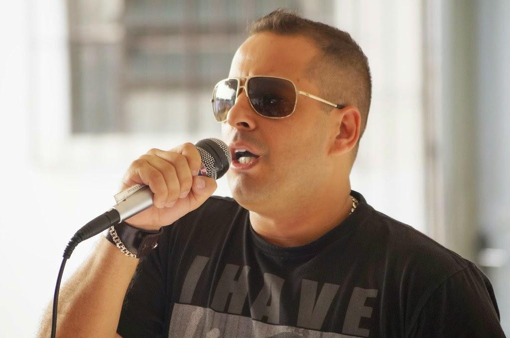 O rapper de Cristo Sérgio Brum faz palestra para alunos da EJA