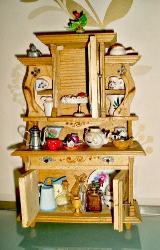 mobili antichi per casa di bambole