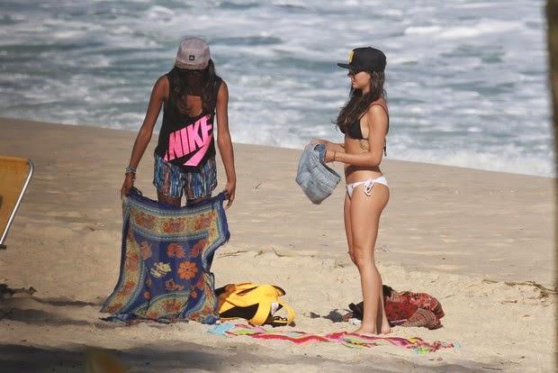 A atriz Isis Valverde tirou a roupa e arrasou de biquíni