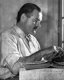 「誰がために鐘は鳴る」を執筆するヘミングウエイ (1939年)