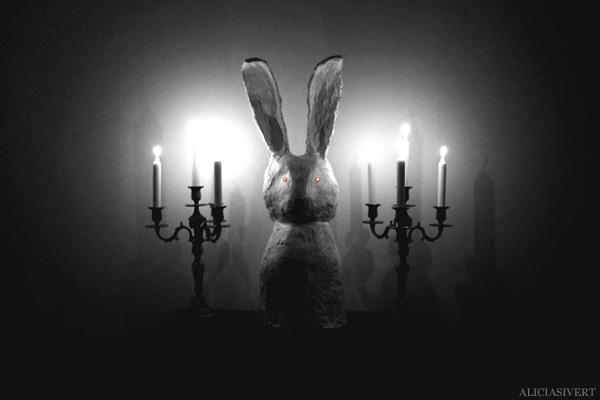 aliciasivert, alicia sivertsson, skulptur, kanin, underlandet, sculpture. wonderland, rabbit, bunny, hare, hönsnät, gips, gypsum, lysdioder, diod, dioder, ögon, candles, candelabra, candelabrum, kandelaber, tända ljus, levande, stearingljus, devil bunny, devil rabbit, djävulskaninen, occult