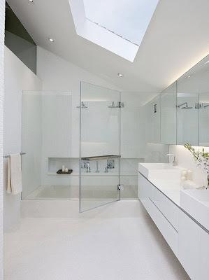 Banheiro branco com cuba quadrada de apoio