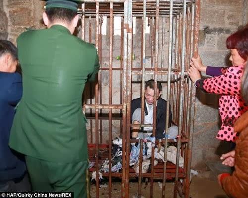 صيني عاش في قفص حديدي 8 سنوات متواصلة