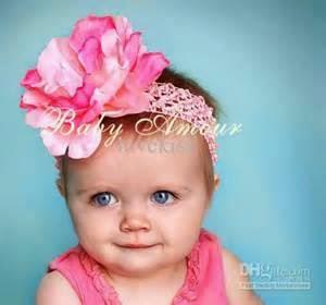gambar bayi perempuan dan aksesoris rambut putih pink