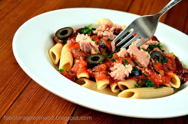 Jak ugotować obiad w 20 min.? Otóż, przyrządzając penne z tuńczykiem. Prostota i szybkość w jednym. W sam raz na leniwą sobotę lub gdy spodziewacie się na kolacji gości, a nie za bardzo macie ochotę spędzić pół dnia mieszając w garnkach ;) Tuńczyk doskonale czuje się tutaj w towarzystwie pomidorów, oliwek i świeżej bazylii, a natka pietruszki z sukcesem wieńczy dzieło.