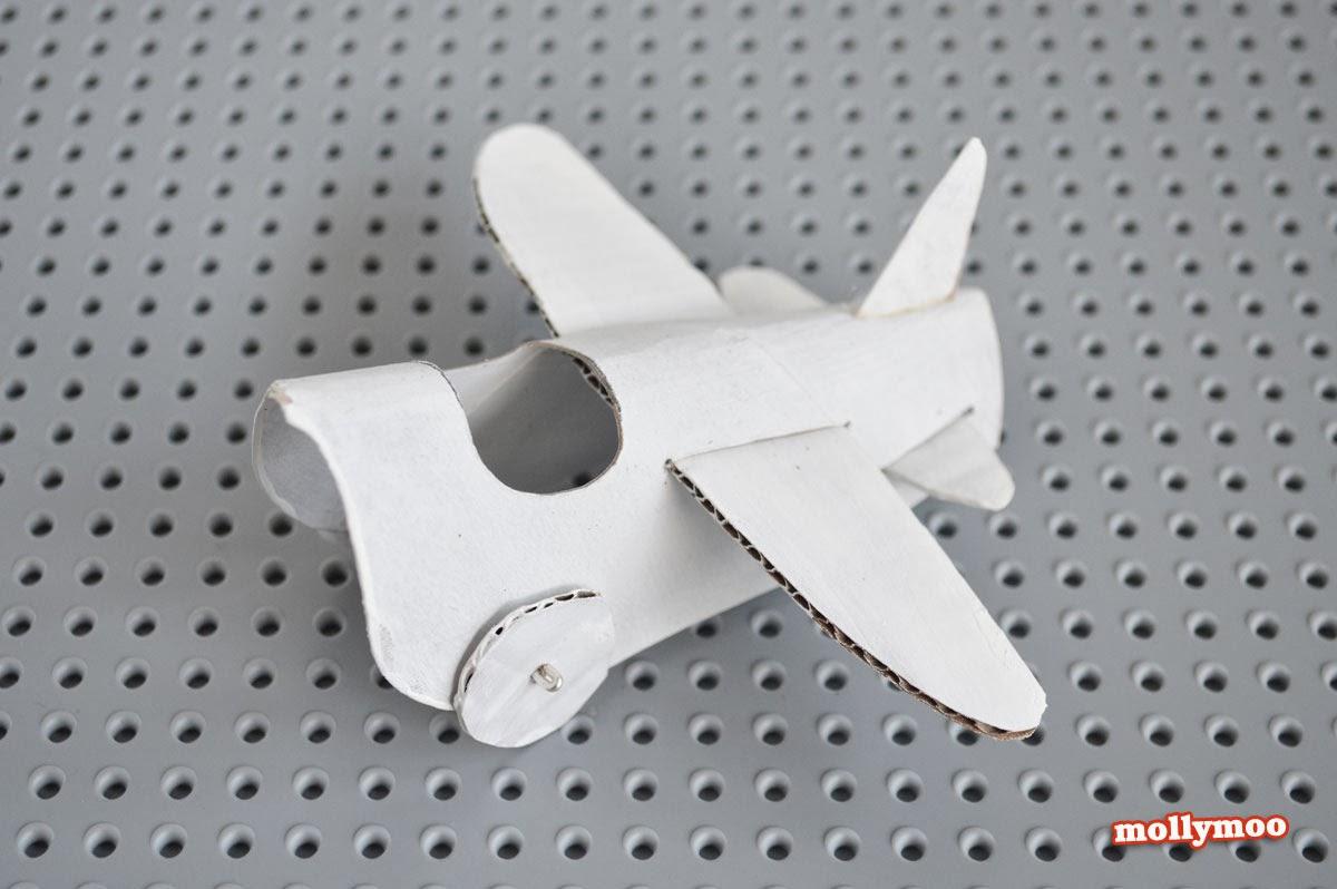 Avión con cartón reciclado.