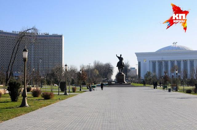 В сквере в центре Ташкента редкие посетители-интуристы могут купить картины местных художников