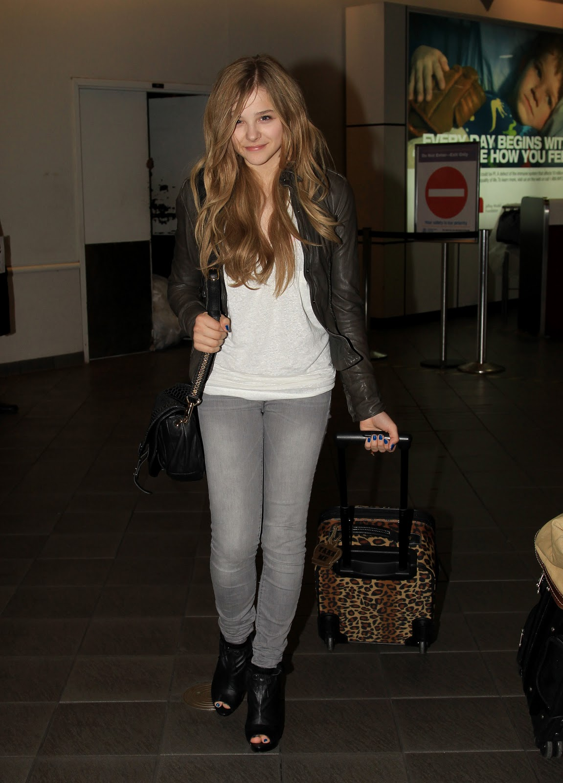 http://1.bp.blogspot.com/-_uWHmbzK6BY/TY8lZ-dRp1I/AAAAAAAABsk/CCmt6LN4z70/s1600/Chloe_Moretz_and_brother_Trevor_walk_through_LaGuardia_airport_in_New_York_1_122_473lo.jpg