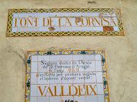 Detall dels plafons de ceràmica de damunt la Font de la Cornisa