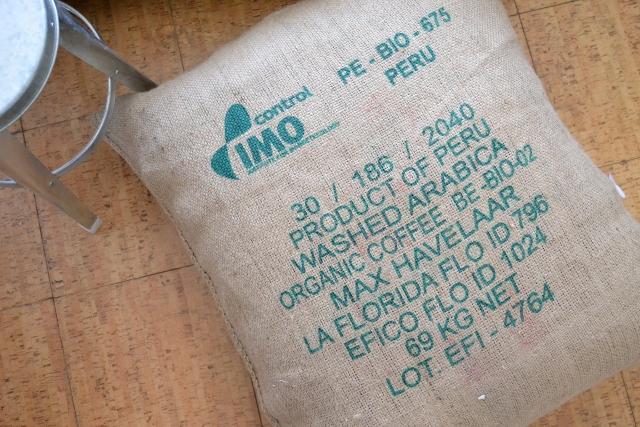 pouf en toile de jute réalisé avec un sac de café du pérou