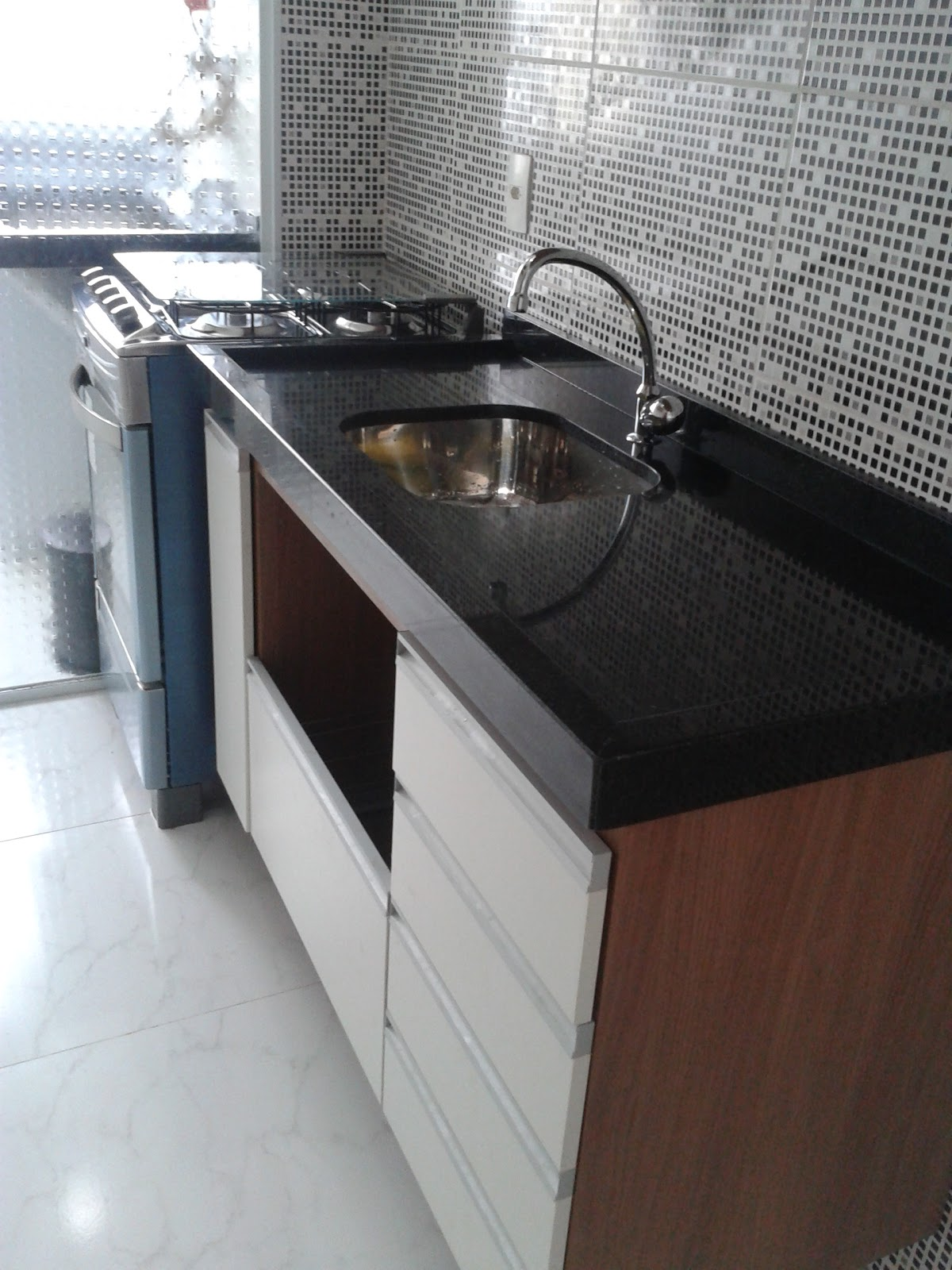 Meu primeiro Apartamento: Cozinha e lavanderia com granito instalado #583F36 1200x1600