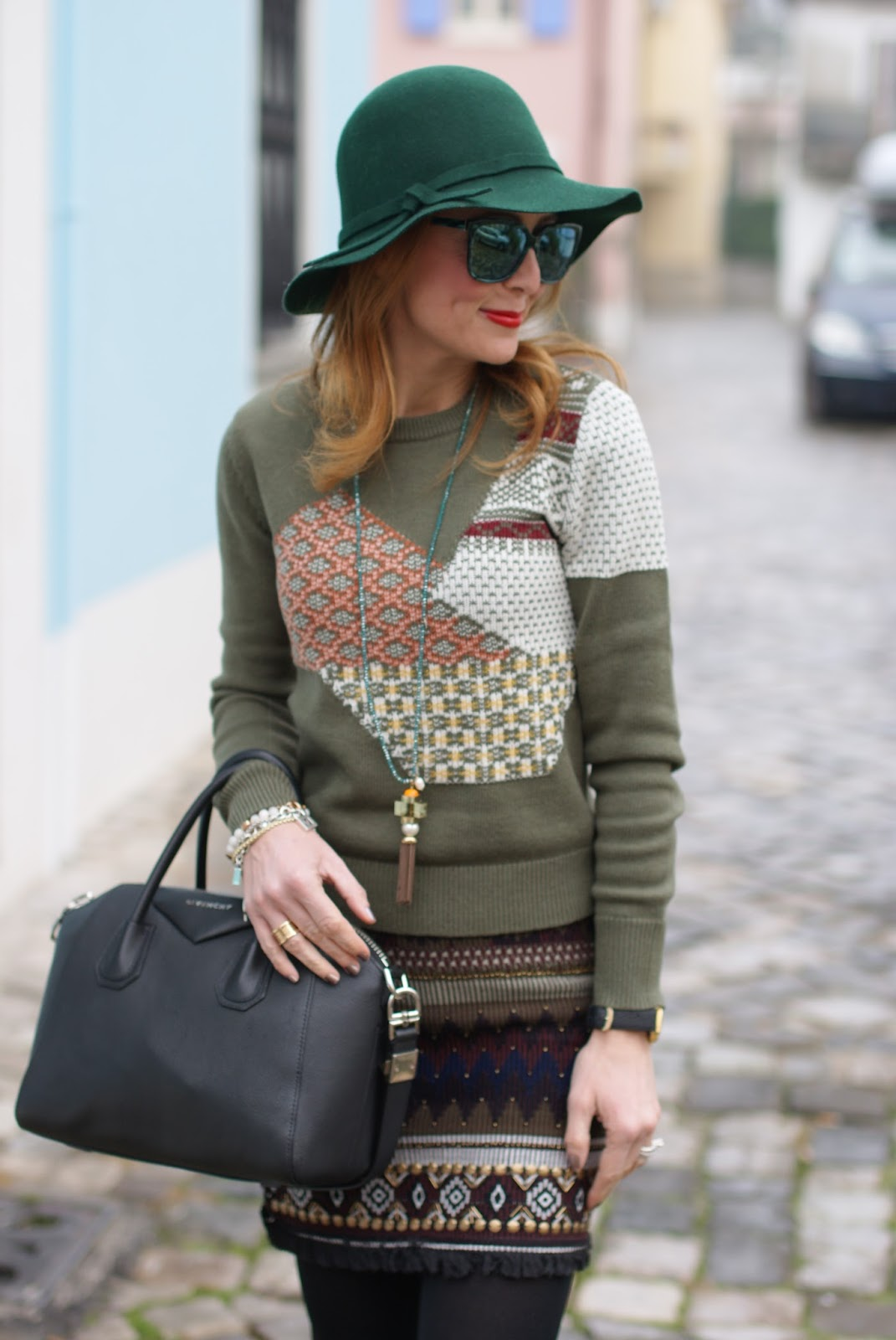 Patchwork sweater and floppy hat, urban boho chic look on Fashion and Cookies fashion blog, fashion blogger style