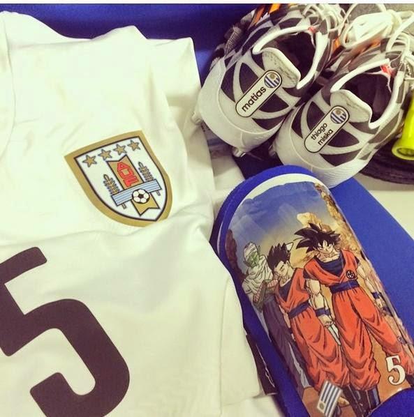 Foto perlengkapan sepak bola Walter Gargano yang bergambar dragon ball