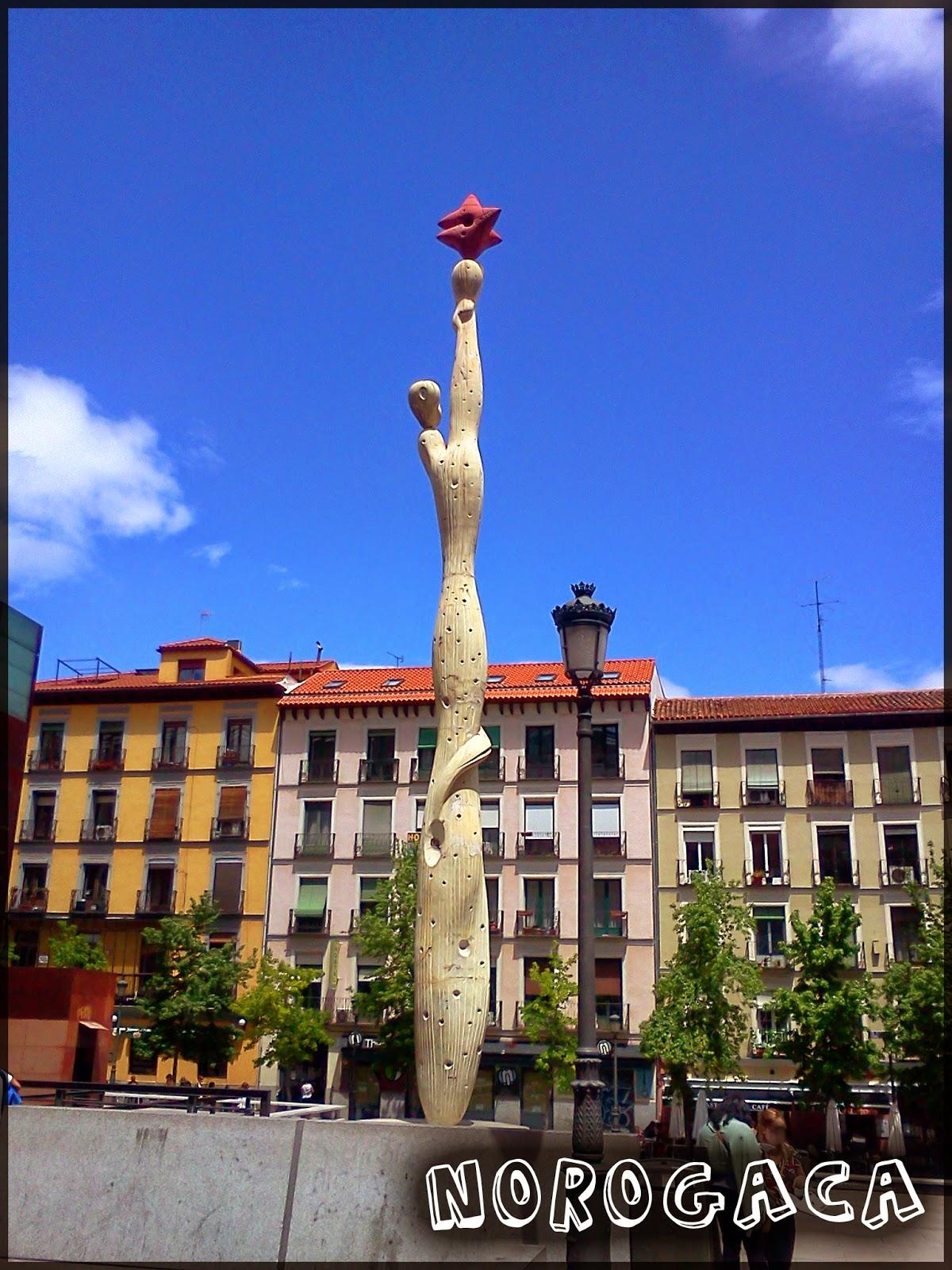 """Escultura  """"El pueblo español tiene un camino que conduce a una estrella"""" junto al Museo Reina Sofía de Madrid."""