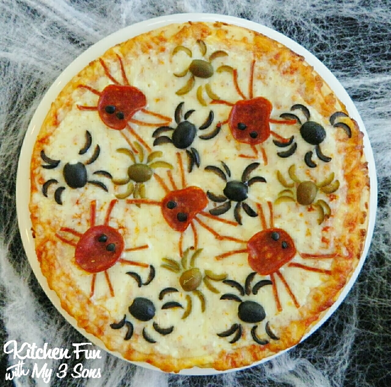 Halloween spider pizza kitchen fun with my 3 sons for Decoration quiche