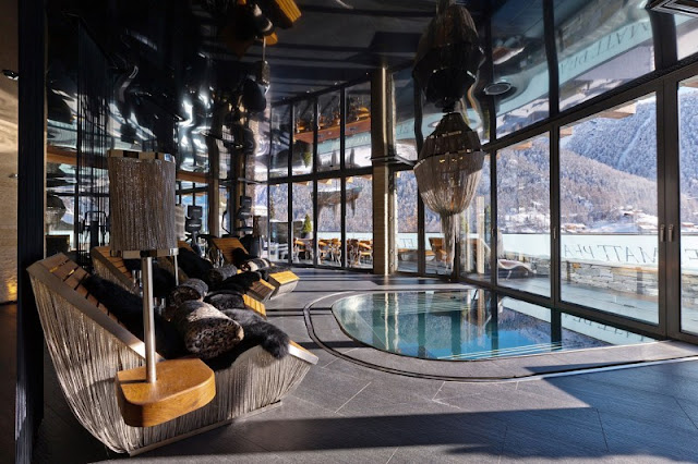 Pictur eof the swimming pool by the window