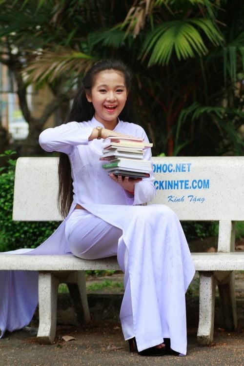 Diễn viên nhí Tam Triều Dâng xinh xắn với áo dài 2