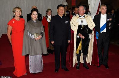 Fashionable China 1st lady Peng Liyuan white powder makeup embarrassment!