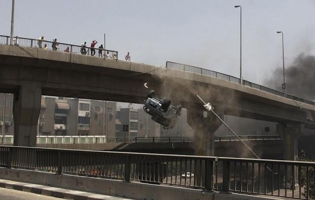 Бои на улицах Египта, Броневик падает с моста