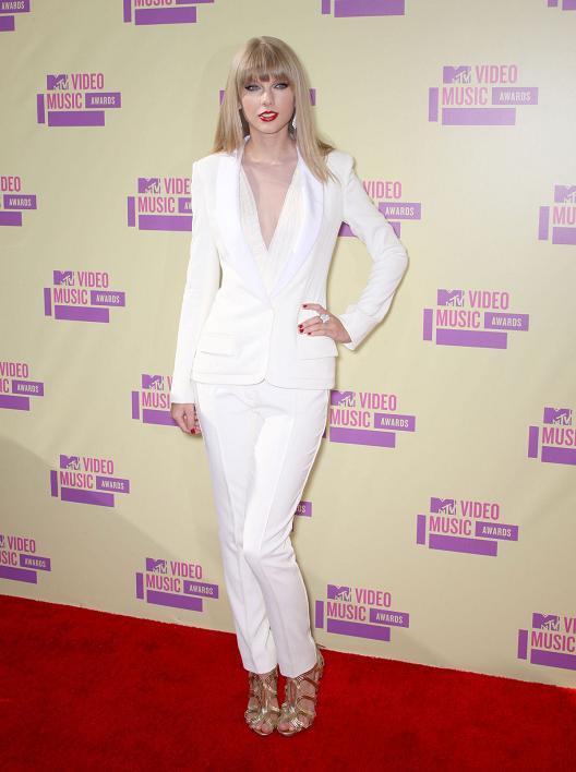 http://1.bp.blogspot.com/-_xH5bD-wcxs/UE4efLpQAnI/AAAAAAAAEaw/_KsPrn5NC0E/s1600/Taylor+Swift+White+Suit.JPG