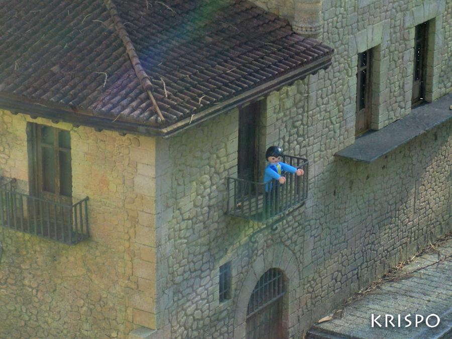 detalle de casa de miniatura con click en el balcon