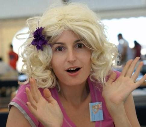 Nous vilain adolescent blond avec