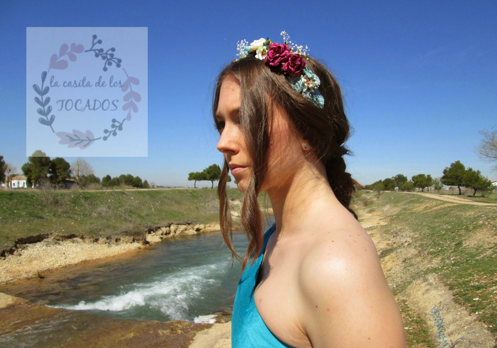 Diadema con flores y hojas Ática, multicolor, a juego con vestido color turquesa.